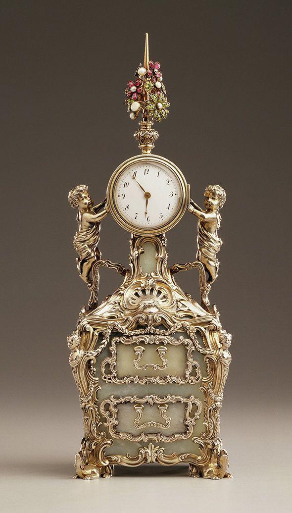 Reloj de Fabergé. Un reloj del siglo XVIII hecho de plata en estilo rococó, con paneles secretos, pertenecía a la Emperatriz María Fedorovna, madre del zar Nicolás II. Según la leyenda, a María le gustaba mucho la versión original del reloj diseñada por el joyero británico, James Cox, para la Emperatriz Alejandra, la esposa de Nicolás. Entonces, la pareja imperial encargó a Fabergé crear una copia de este reloj, a la que fueron añadidos paneles con los retratos de Nicolás y Alejandra.