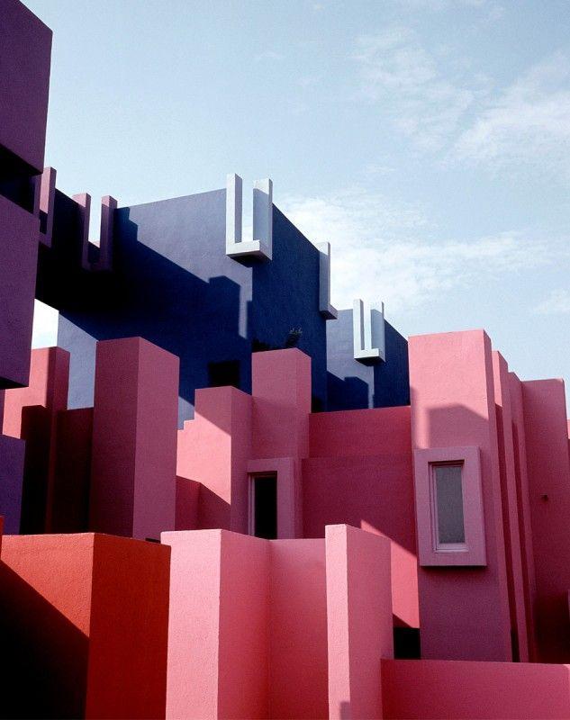 Pour le traitement des couleurs!! La Muralla Roja de Ricardo Bofill Muralla Roca Ricardo Bofill 05 633x800