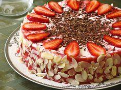 Шоколадный бисквит со сливочно-клубничным муссом - Рыжая книга кухонных пределов