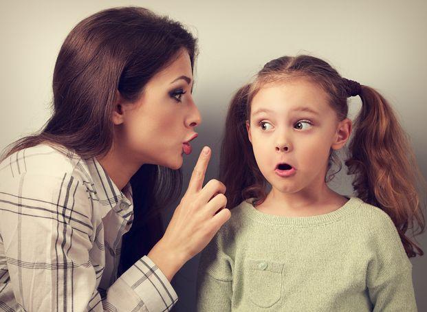 しつけのために子供に厳しい言葉をかけることもあるでしょう。しかし、なかには心を傷つけて、ずっと子供のトラウマになってしまう言葉もあるのです。そこで、傷つく言い方を柔らかくして、それでもきちんと諭せる言葉に変換しましょう。