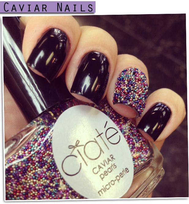 Unha preta com detalhe do esmalte Caviar Pearl é by Ciaté no dedo anelar