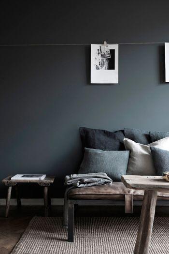 黒っぽい壁ってなんだか暗くなりそう……と思ったら大間違い! 黒の濃度や、家具のトーンを揃えれば、こんなにシックな印象になるんです。