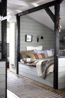 mooie slaapkamer tussen de balken en staanders van de zolder. Met boekenkast of ondiepe kledingkast op wieltjes tussen het bed en de A-balk?