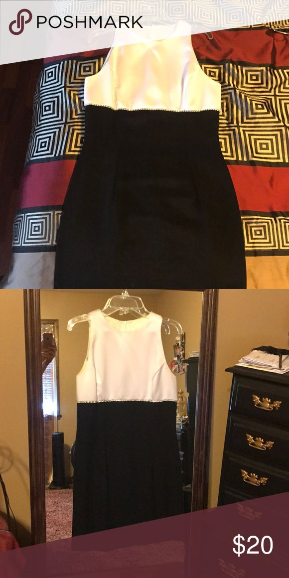 Classy black and white cocktail dress Size 6 Scott McClintock classy black and white dress. Cocktail dress has a diamond belt separating the two colors. Universal dress perfect for dinners, holiday parties, NYE, etc! Dresses Midi