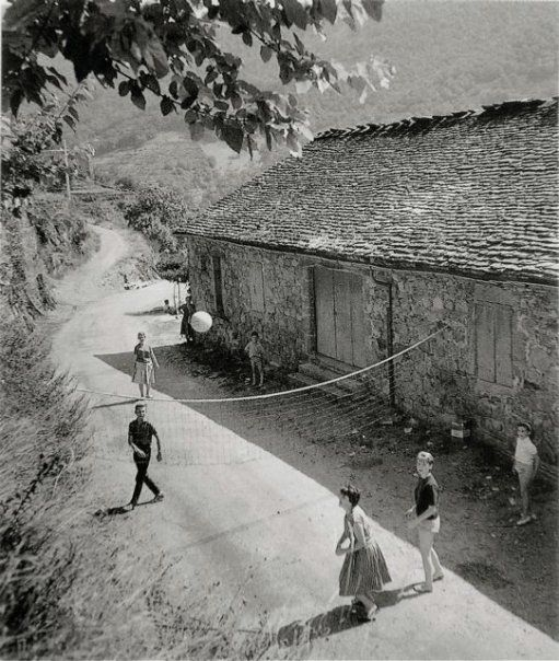 Vacances 1961 | Summer Holidays ca. 1961 |¤ Robert Doisneau | el contador de historias | entrenomadas.wordpress.com (http://www.gettyimages.co.uk/detail/news-photo/children-playing-an-improvised-volley-field-news-photo/121507618)