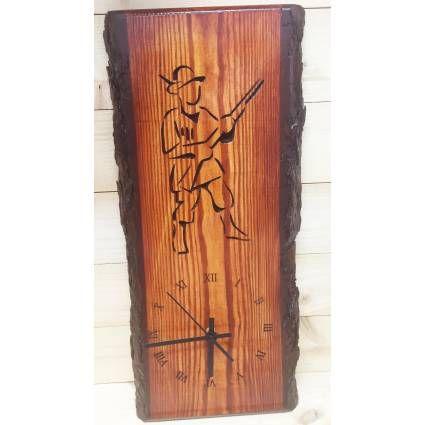 Háncsolatlan fából készült faóra, igényes dísze lehet vadász barátunk otthonának.