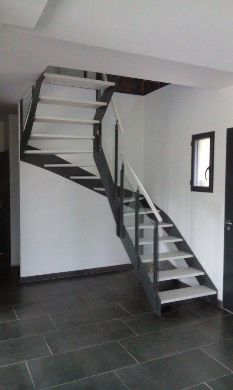 escalier m tallique et marches en bois de la gamme new. Black Bedroom Furniture Sets. Home Design Ideas