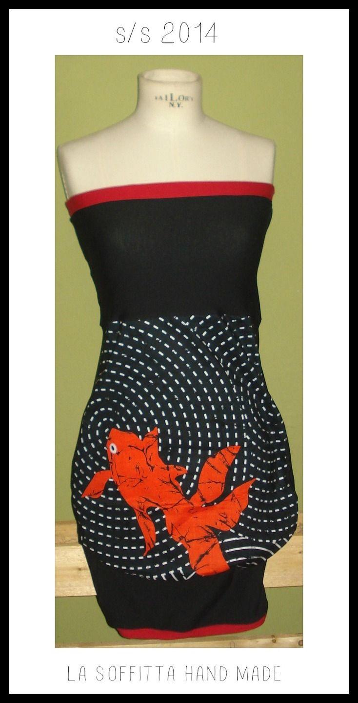 Vestito a palloncino di cotone nero con carpe rosse a top in maglina nera e bordi rossi
