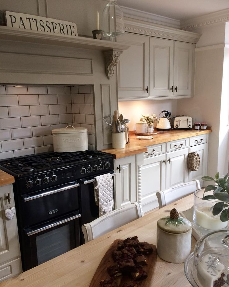 Hope you've all had a lovely weekend and now ready for the week ahead . #kitcheninspo #countrykitchen #sagegreen #frenchgrey #kitchenofdreams #kitchengoals