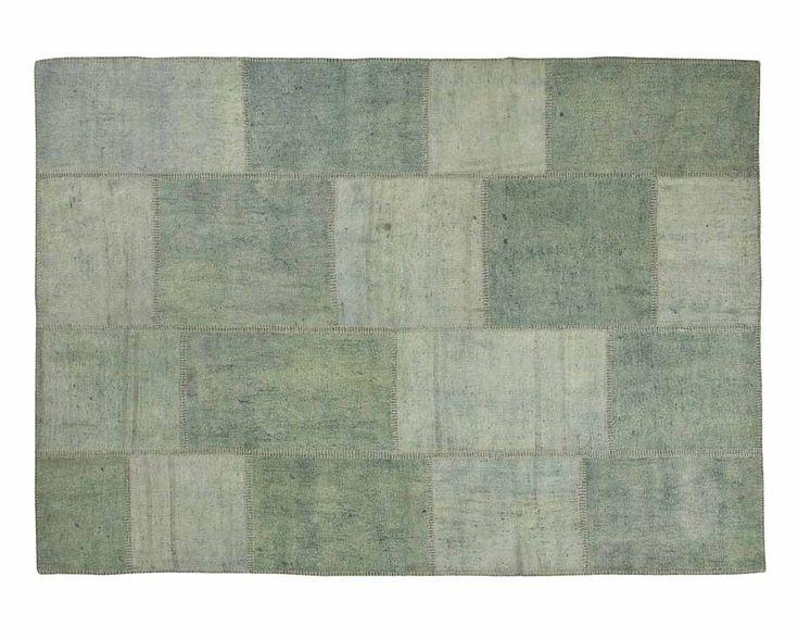 Sur notre tapis patchwork Buglem, deux belles nuances de vert se côtoient en harmonie. Nous avons utilisé des tons subtiles et discrets qui vous feront penser à une mer calme. Comme tous nos tapis patchworks en chanvre, le Buglem a quelques petites irrégularités qui rendent ces tapis si spéciaux. #sukhi #tapis #decoration #scandinave #vert #pastel