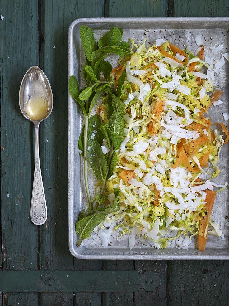 Bilde av og oppskrift på kålsalat med mango og kokos. Food styling.