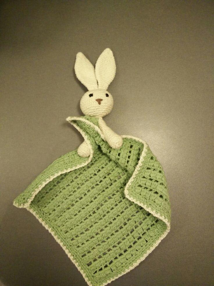 En hæklet nusseklud med kanin - opskriften er fra www.jordemoderstrik.dk