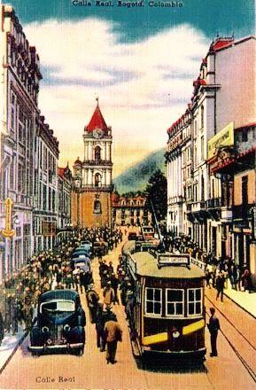 La Bogotá del tranvía. La calle real (Carrera Séptima) vista de sur a norte. Se aprecia al fondo la Iglesia de san Francisco y parte del Hotel Regina. En el costado derecho, algo de la fachada del Hotel Granada y del Parque Santander.