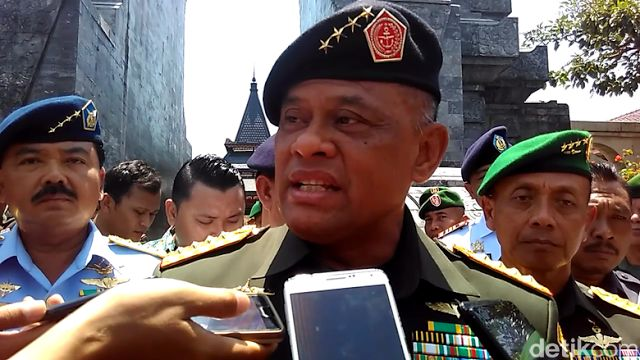 """Berita Islam ! Soal Nobar Film G30S/PKI Panglima TNI: Itu Perintah Saya Mau Apa?... Bantu Share ! http://ift.tt/2xK8k0f Soal Nobar Film G30S/PKI Panglima TNI: Itu Perintah Saya Mau Apa?  Panglima TNI Jenderal Gatot Nurmantyo rupanya tidak ambil pusing atas polemik pemutaran film G30S/PKI di lingkup internal institusinya. Dia menegaskan acara nonton bareng film kontroversial itu memang perintahnya. """"Iya itu memang perintah saya mau apa? Yang bisa melarang saya hanya pemerintah"""" kata Jenderal…"""