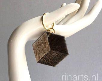 Charme van de geometrische tas / sleutelhanger 3D zeshoek The CUBE gemaakt van middellange en donkere bruine koe haar leer. Geschenk onder de 15