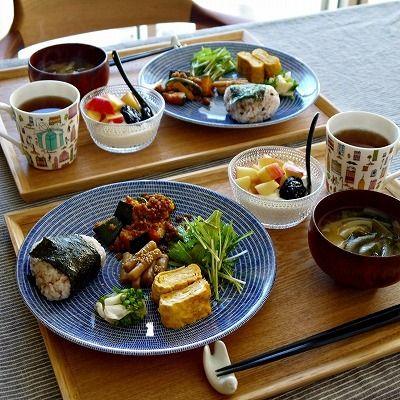 和食にあう北欧食器の代表といえば、「かもめ食堂」でおなじみのArabia 24h Avec!!  20cm・24cm・26cmの3サイズ展開で、ブルー・グリーン・ブラウンの3色。  20cmと26cmはフラットですが、24cmはパスタプレートで少し深さがあります。  写真は26㎝ブルー。