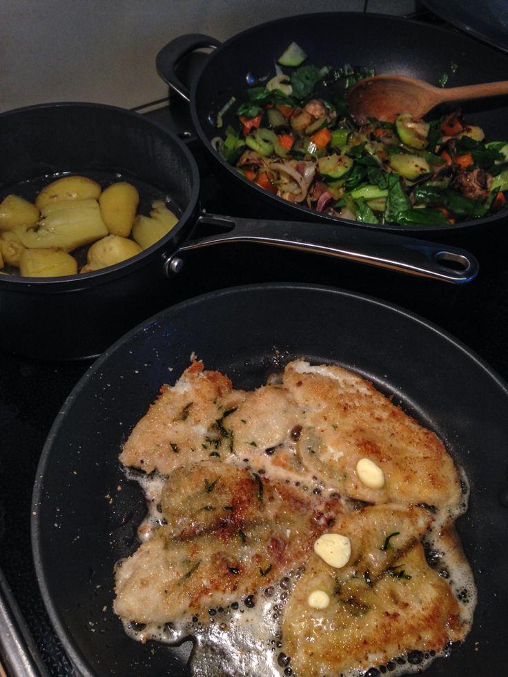Rødspættefileter, kartofler og stegte grøntsager