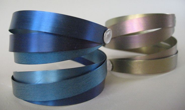 heidi Janssen. Titanium spiraalarmband. speelse armband van titanium. Op de afbeelding ziet u een 3-dubbele armband(105,-), ook leverbaar als 2-dubbel(70,-), in heel veel kleurencombinaties! Klink van zilver. Titanium is een licht en sterk materiaal waardoor het prettig draagt.
