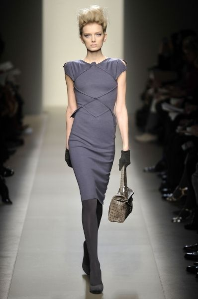 Сложный декор, занимающий почти всю поверхность пальто, архитектурный крой, геометрия линий и узоров на платьях - вот, что привлекает в осенне-зимней коллекции Bottega Veneta. Основные цвета: черный, серый, лиловый, оттенки синего.