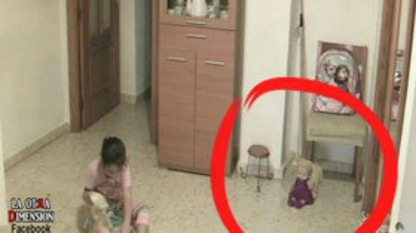 La figlia dice di essere infastidita da qualcosa. Il papà posiziona delle telecamere in casa. GUARDATE COSA HA SCOPERTO - VIDEO - http://www.sostenitori.info/la-figlia-dice-infastidita-qualcosa-papa-posiziona-delle-telecamere-casa-guardate-cosa-scoperto-video/274834