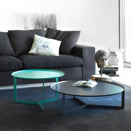 Mesas redondas elegantes en tres bases. Bandeja con borde elevado de 1,5 cm. Espesor 2 mm. Disponible en cuatro tamaños diferentes, cada uno en todos los colores disponibles
