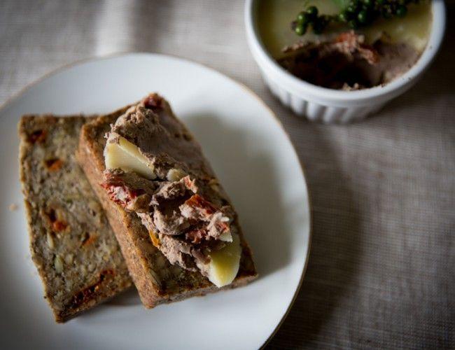 Domácí paštika bez éček, krok 4: Dáme do servírovacích misek a zalijeme povrch rozpuštěným máslem.