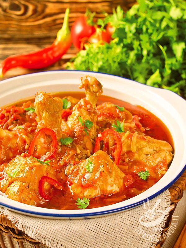Il Chakhokhbili di pollo al pomodoro è un piatto della cucina georgiana che può essere preparato in diversi modi. Qui con peperoncino e coriandolo.