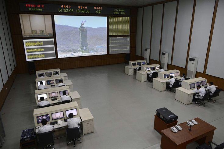 Incredibile la mise en scène in stile guerra fredda del centro missilistico della corea del nord... ci mancano i tasti, i manopoloni e le bobine dei calcolatori, e i tecnici con gli occhiali con la montatura in osso...
