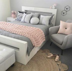 rosafarbenes und graues Zimmer, grauer Sessel, rosafarbenes Kissen, gestricktes Plaid, Deko