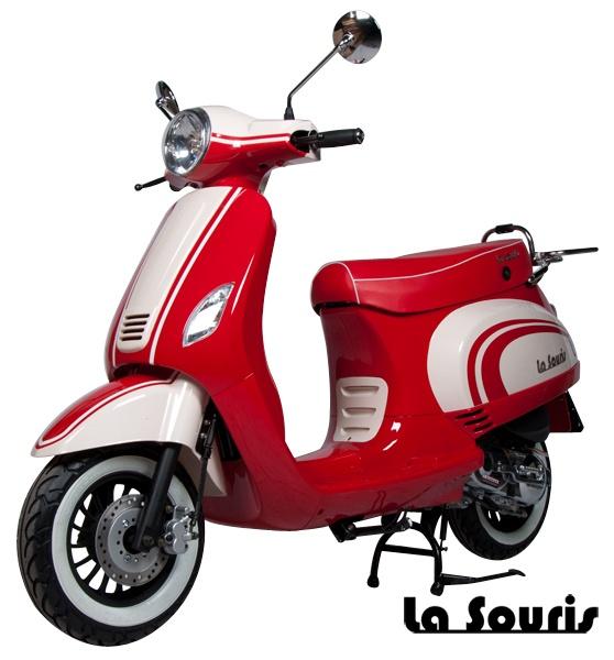 Deze Vespelini Scooter in Rood / Vanille is door La Souris zelf ontworpen. Dit houdt in dat deze scooter nergens anders verkrijgbaar is. De scooter is voorzien van een halogeen koplamp, geïntegreerde knipperlichten en Led Remlicht. Dit model lijkt veel op de Vespa LX. De scooter wordt geleverd met een gratis chromen bagagerek, chromen charterkap en white wall banden t.w.v. € 150,00.