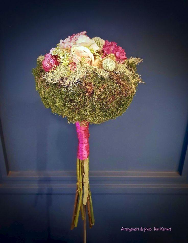 Boeket met mos en zijdebloemen #zijdebloemen #kunstbloemen #silkflowers #boeket #bouquet #bloemen #flowers #flowerstyling #floralstyling #bloemstyling #flowerarrangement #floralarrangement #roze #pink #moss