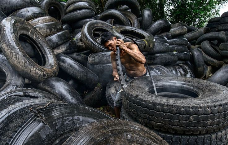 Tire-recycle workshops in Quang Ngai city - Viet Nam buy old used-up tires from small repair outlets, then cut it into different shapes to make essential appliances ..this business contributes into reducing the environment pollution from daily rubber manufacturing