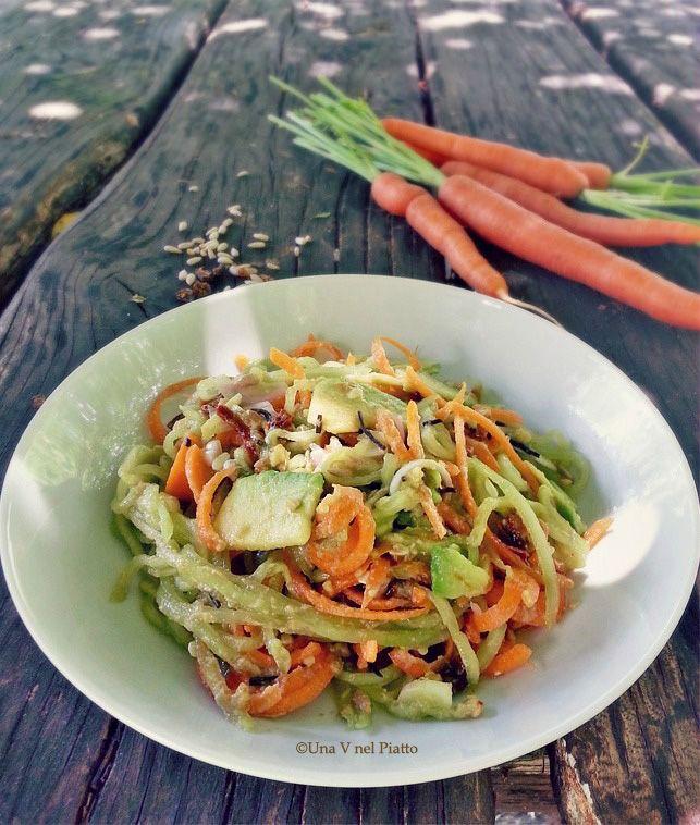 Spaghetti di cetrioli e carote in crema di avocado - Una V nel piatto - Ricette Vegane e Mondo Vegan