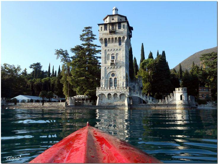 La Torre San Marco... darsena privata del Vate (Gabriele D'Annunzio) - Gardone Riviera - Iscriviti alla newsletter del Lago di Garda http://ldgp.it/lmOT78 - #LagoDiGarda #VisitLagoDiGarda #Gardameer #Gardasee #LakeGarda #VisiteDelGarda [foto Roberto Gipso Mauro Simpsi]