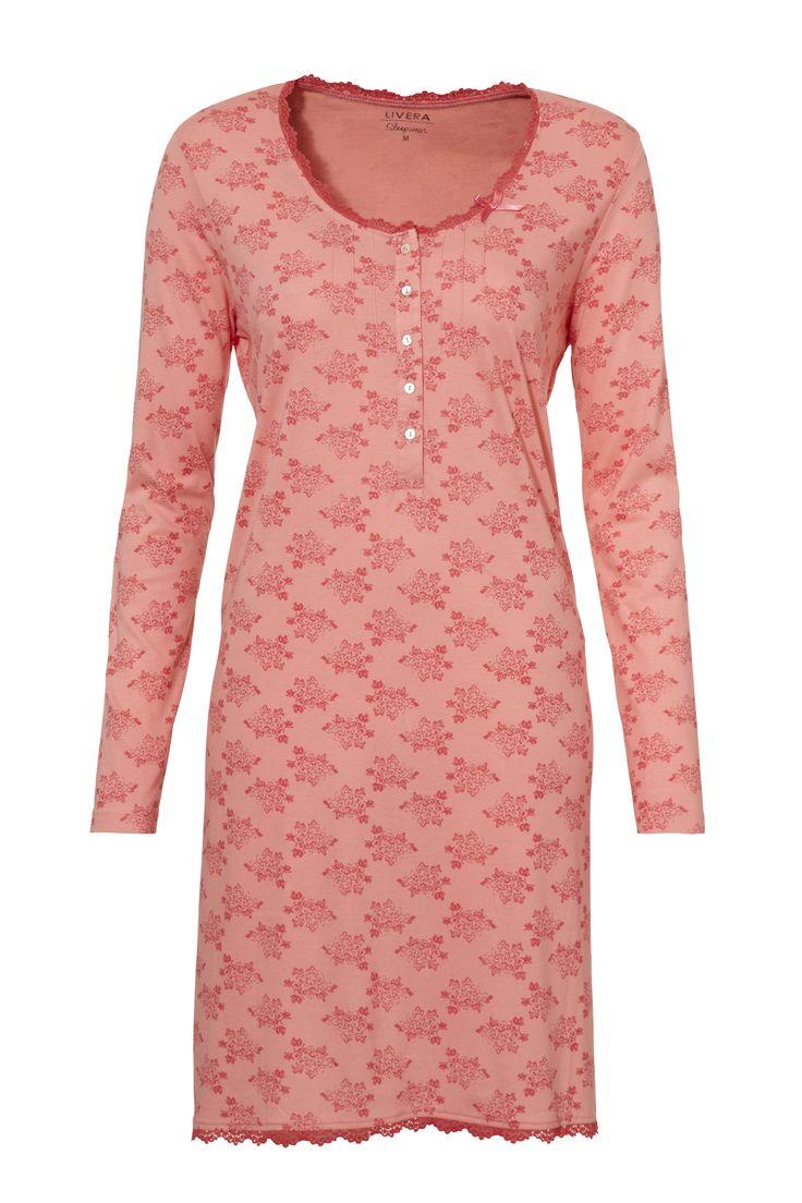 Livera nachthemd met een bloemenprint in mooie koraal tinten. Het nachthemd heeft lange mouwen, een mooie ronde hals en is voorzien van vele details zoals: pintucks en kant langs de halslijn, knopenlijstje en een satijnen strikje.