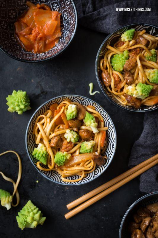 Soba-Nudeln mit Kimchi, Romanesco & karamellisiertem Honighähnchen
