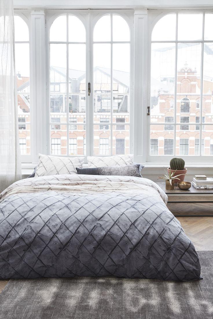 Graues Bettwäsche-set mit Rauten-Muster passend zu einem modernen Schlafzimmer. Der Bettbezug fühlt sich extra weich an und die Farben bleiben nach dem Waschen sehr kräftig.