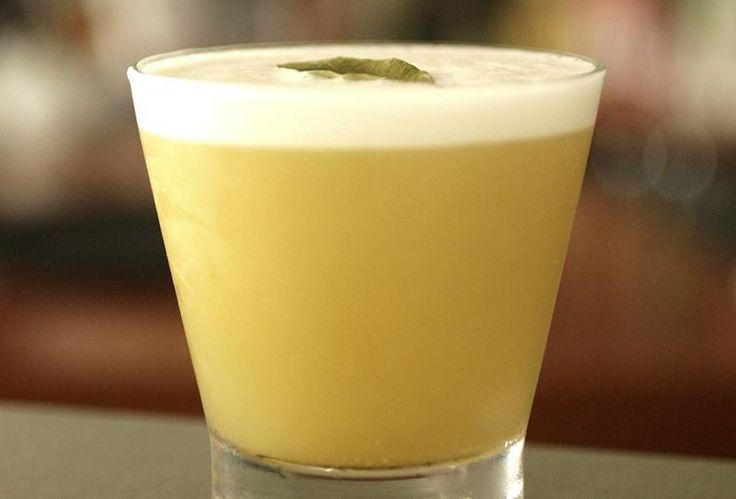 En este artículo te propongo 10 recetas de tragos chilenos que no puedes dejar de preparar. Todos ellos son muy fáciles de hacer y combinan pisco, vino, licor y cerveza. ¡Ya puedes comenzar a prepararlos! Ponche a la romana Ingredientes 1 botella de champagne 1 litro de helado de pi&ntil
