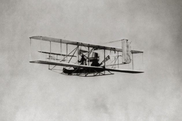 L'aeroplano dei <a href=http://www.focus.it/curiosita/storia/Le_ali_di_Icaro_la_storia_di_un_sogno target=_blank>fratelli Wright</a> durante una dimostrazione di volo a New York - Foto: © Library of Congress - digital ve/Science Faction/Corbis