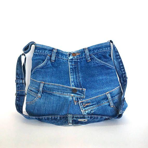 Ce sac à bandoulière a une forme unique. Je l'ai fait de plusieurs morceaux de pantalons en denim recyclé. Avant et arrière ont des conceptions totalement différentes. Il a une courbe d'ouverture et une courbe plus large base. Ce sac est entièrement doublé avec un tissu imprimé. Il dispose de 4 poches extérieures sur le dos et devant et 2 poches intérieures. Un bouton pression magnétique maintient l'ouverture fermée. Sangle réglable fabriqué à partir de denim et vous permet de le porter sur…