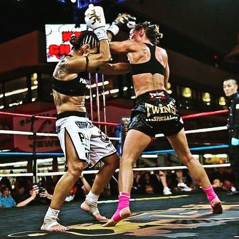 Je m'appelle Jennifer Colomb, je pratique la boxe thaï depuis 8 ans.  C'est tardivement que je suis devenu accro à ce sport, presque par hasard, une connaissance du foyer jeune travailleur ou j'habitais m'a proposé de m'initier. C'est même devenu une activité sportive régulière pour plusieurs réside