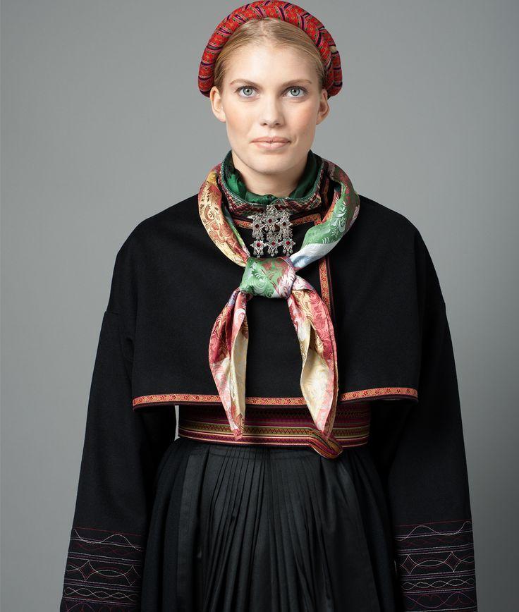 Pietistisk beltestakk-jakke, med maskinbroderier. Symaskinen kom til gårdene etter 1850, og det var statussymbol med maskinsøm.