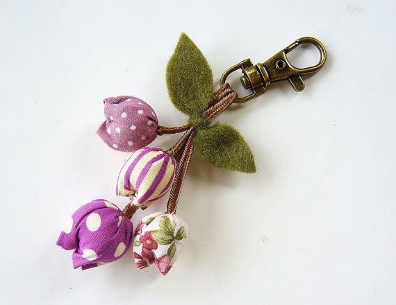 Llavero adorable tulipán hecha a mano en distintos tonos de púrpura. Puede ser utilizado como llavero o se puede colgar en el bolso o la cartera.  Por favor tome un momento para leer mi políticas tienda usando el enlace proporcionado a continuación antes de realizar su pedido. ¡Gracias!  http://www.etsy.com/shop/BlueTembo/policy?ref=shopinfo_policies_leftnav
