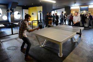Financé en partie par Jean-Philippe Gatien, ex-champion du monde de ping-pong, le premier bar parisien dédié au tennis de table est à Ménilmontant, à quelques encablures de Freddie's Deli et du Perchoir. Reprenant un concept en vogue à New York, Londres et Berlin, le Gossima s'étend sur 600 m2 (à la place d'un garage et d'un salon de coiffure), couvrant deux niveaux, et proposant huit tables de ping-pong