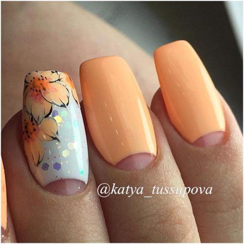 Пастельный оранжевый маникюр с лунками и цветами.