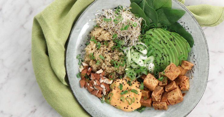 Trendig vegansk bowl som fylls med quinoa, sojamarinerad tofu och avokado. Klicka även i en krämig hummus smaksatt med inlagd paprika.