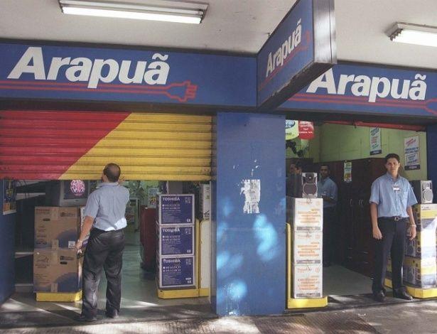 A Arapuã foi uma das maiores redes de eletroeletrônicos do país. Em 1998, a empresa entrou em concordata; em 2009, teve a falência decretada