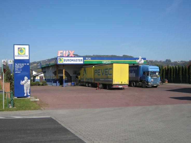 Serwis Euromaster FUX prowadzi sprzedaż oraz serwis opon większości typów pojazdów: osobowych, ciężarowych, rolniczych, a także przemysłowych. Dodatkowo klienci serwisu mogą skorzystać z usług takich jak: wymiana oleju, klocków hamulcowych czy serwis klimatyzacji.  Serwis posiada 1 stanowisko do obsługi samochodów osobowych, a także 2 dla pojazdów ciężarowych oraz 3 profesjonalnie wyposażone Serwisy Mobilne, które umożliwiają świadczenie usług bezpośrednio w bazie floty klienta lub w…