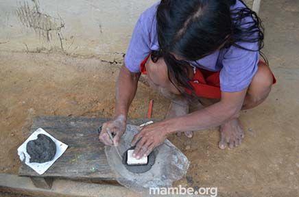 Mujer Piapoco creando un sello que representa la artesanía de su comunidad.  ( Guainía - Colombia) Conoce más de nuestro trabajo en Mambe.org!