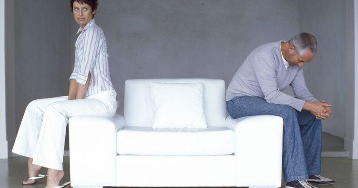 Efectos del abuso verbal y emocional en un matrimonio. El abuso verbal y emocional en el matrimonio es una forma de abuso doméstico que puede tener efectos extremadamente perjudiciales en la víctima. A diferencia de lo que ocurre con el abuso físico, no hay cicatrices ni heridas evidentes cuando se abusa emocionalmente de una persona. En su lugar, el abusador usa palabras y acciones para herir, ...